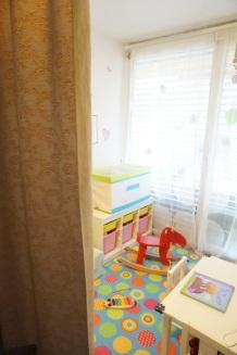 Otroška soba - spalni in igralni del je pregrajen z zaveso